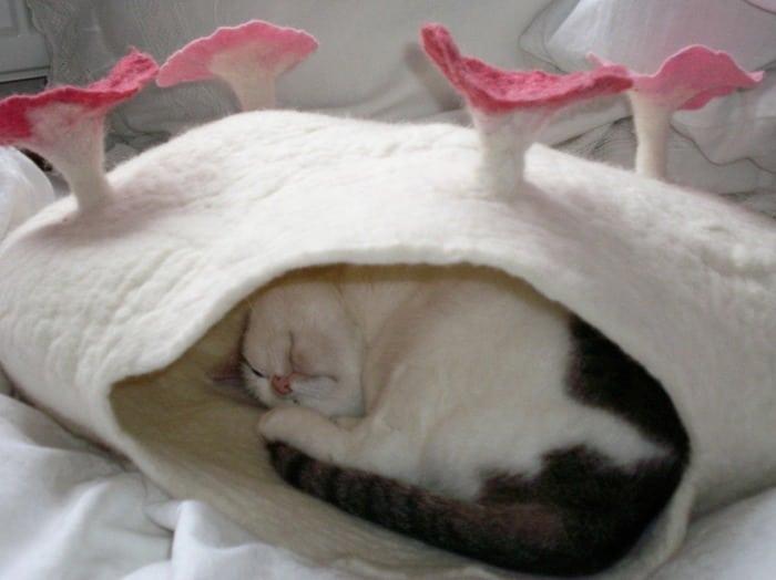15 уютных домиков для кошек из войлока