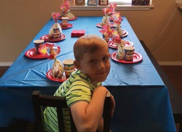 9-летний мальчик остался совсем один на праздновании своего дня рождения. Вот что придумала его бабушка...