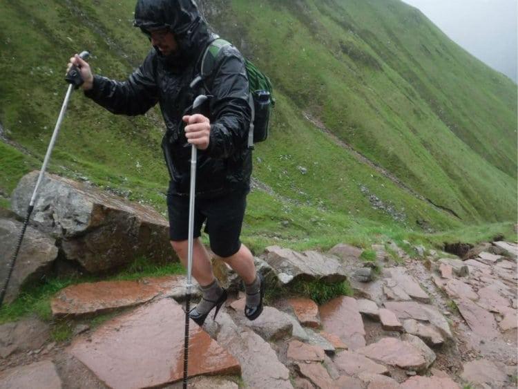 Чтобы получить стипендию, парень отправился покорять вершину на высоких каблуках