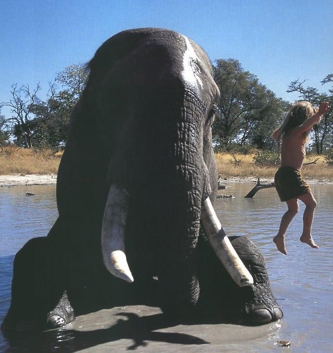 Девочка с 4 лет живет в Африке с дикими животными