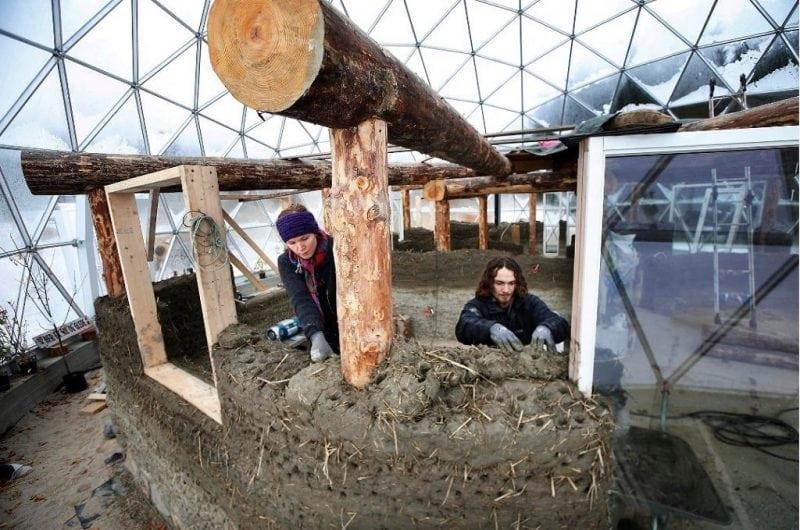 Эта семья живет в доме под куполом в Арктических условиях