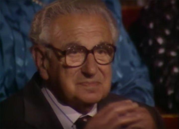 Этот мужчина не подозревал, что возле него сидят еврейские дети, спасенные им во время Второй Мировой