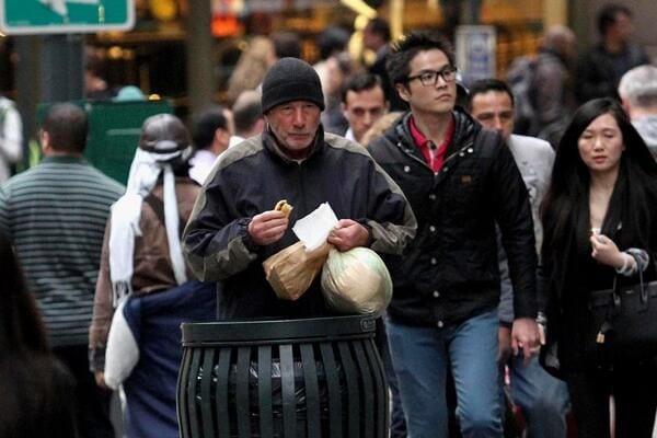 Француженка помогла бездомному едой, но он оказался не тем, за кого себя выдает...