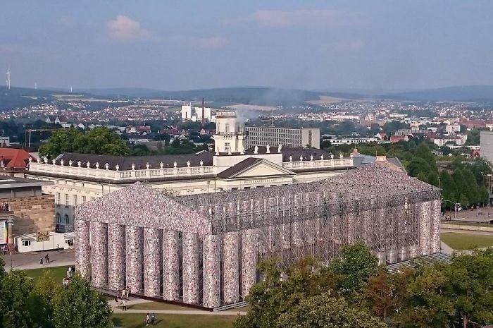 Художница сделала инсталляцию греческого Парфенона из 100 тысяч книг!