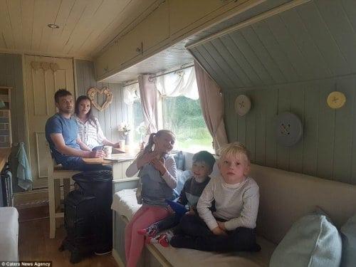 Из обычного автобуса они сделали крутой дом на колесах. Просто гениально!