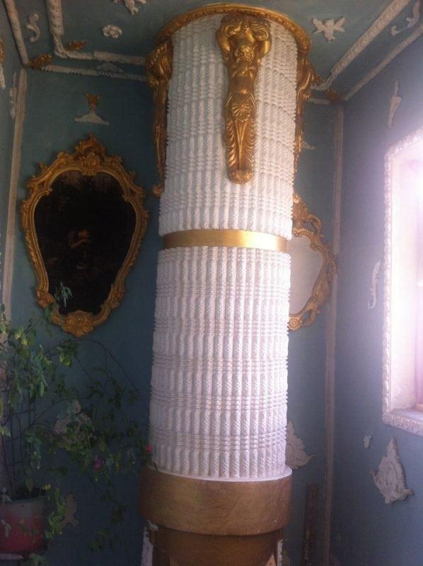 Мужчина сделал из старого серого подъезда, дворец с расписными стенами