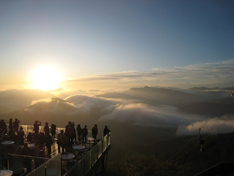 Популярная туристическая достопримечательность Японии - смотровая терраса над облаками