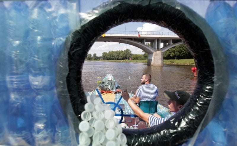 Ребята построили лодку из пластиковых бутылок и отправились в путешествие