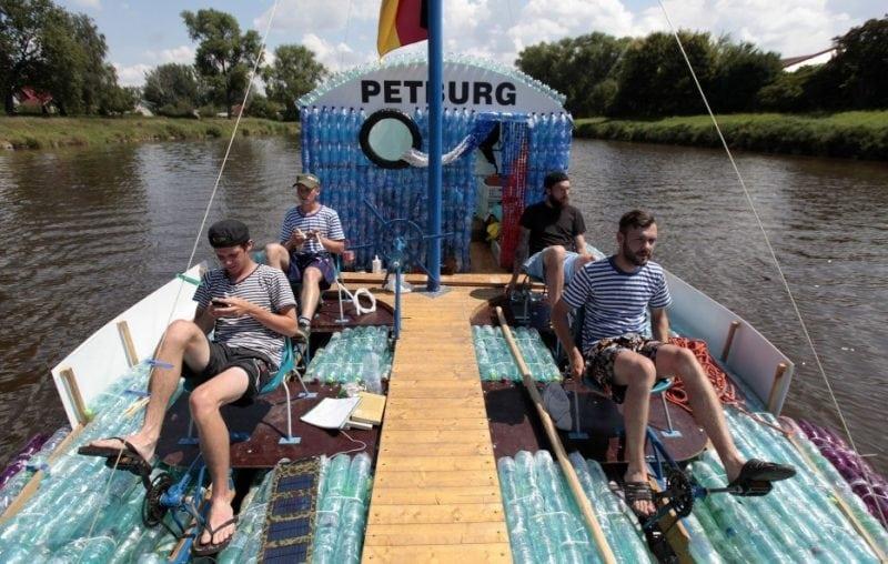 путешествие на лодке из бутылок