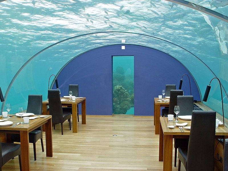 """Удивительный ресторан """"Жемчужина"""" Мальдив, находится на глубине 5 метров!"""