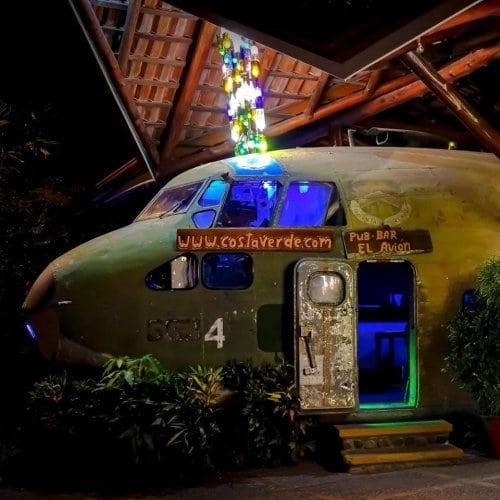 Самолет ЦРУ переделали в необычный бар для молодежи. Посмотрите что получилось!