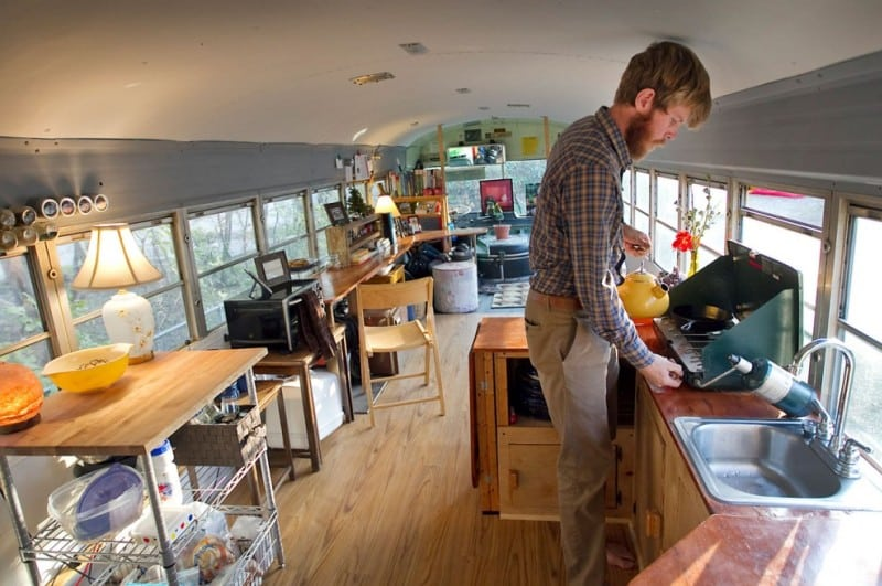 Семейная пара живет в обычном автобусе. Посмотрите как они оформили свое жилище внутри...